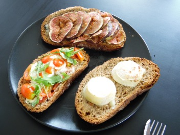 Crème de brocolis & tartinades de saison (figues, chèvres et tomates, mâches)
