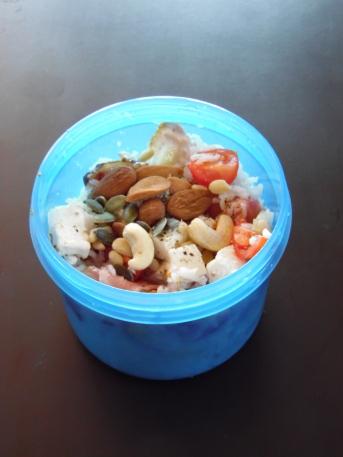Salade de riz, oléagineux & tomates