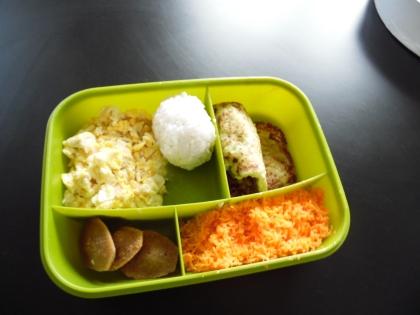 Beignets de courgettes à la feta-onigiri-omelette brouillée-carottes râpées-madeleine aux carambars (par une copine)